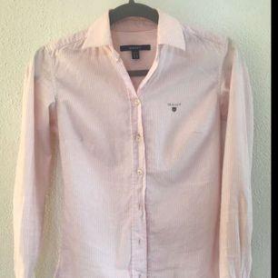 Rosa randig gantskjorta, använd fåtal gånger, köpare står för frakt