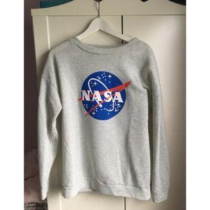 Kofta med NASA tryck. I mycket bra skick. Säljaren står för frakt