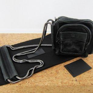 Alexander Wang crossbody bag. Modell: Brenda camera bag black washed leather with rodium. Mjukt nappa skinn i tvättat läder med vintage look. Gott skick, några små slitningar, därav priset. Dustbag medföljer. Köpt på NK. Nypris: 4595:-