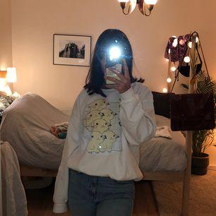 Oversized pikachu tröja köpt via internet! Super skön och i bra skick eftersom jag inte haft användning av den. Köparen står för frakten.