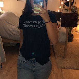 T-shirt från Hollister med trycke Espresso Yourself på framsidan! Super skön med mjukt material. Köparen står för frakten.