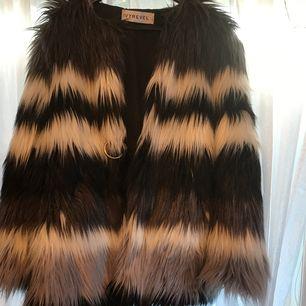 Säljer min fur faux från IVYREVEL i strl 34 för 400kr. Använd två gånger.  Frakt ingår ej i priset.