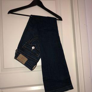 Äkta mörkblå bootcut true religion jeans, säljs pga att de används för sällan. Möts i sthlm elr frakt ❤️