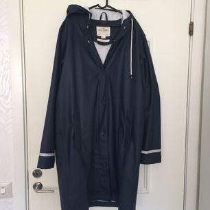 Marinblå regnkappa storlek S i nyskick, väldigt sparsamt använd.   Kan mötas upp i Örebro annars står köparen för frakten 💫
