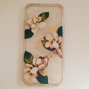 Mobilskal till iPhone 6 (och andra mobiler som har samma modell som 6:an) i gummimaterial med blommor på. Fint skick! Något gul/mörk i plasten som man kan se på bilderna. 25kr+frakt