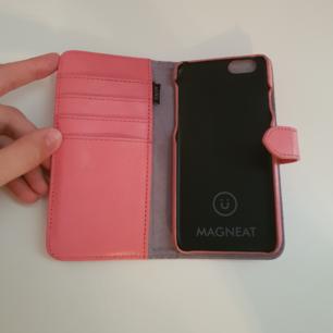 Plånbokskal till iPhone 6 (och till de andra mobilerna som har samma modell som 6:an) i mycket (!!) Fint skick. Aldrig använd! Med magnet så man kan använda bara den ena delen eller båda. 45kr+ frakt