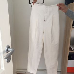 Vita högmidjade byxor från hm! Jätte snygga på med kom aldrig till användning. Prislappen finns kvar!  Frakt 40kr Tar ej ansvar efter den skickats! ☺️
