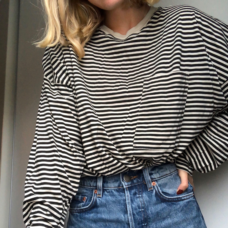 Oversized randig tunn tröja från weekday! Offwhite och svart! Ficka på bröstet. Tröjor & Koftor.