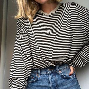 Oversized randig tunn tröja från weekday! Offwhite och svart! Ficka på bröstet