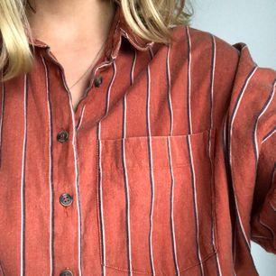 """Oversized """"farfars"""" skjorta från urban outfitters. Använd fåtal gånger. OBS! Läs i min beskrivning gällande möte runt om i Sverige/frakt"""