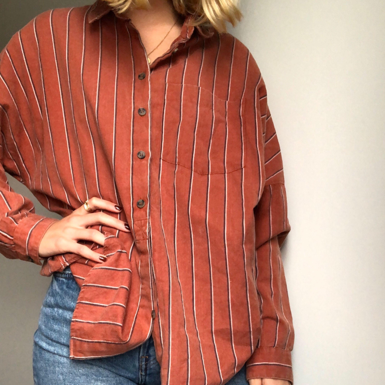 """Oversized """"farfars"""" skjorta från urban outfitters. Använd fåtal gånger. OBS! Läs i min beskrivning gällande möte runt om i Sverige/frakt. Skjortor."""
