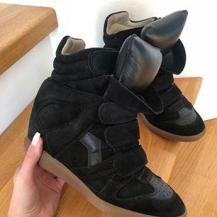 Säljer nu mina äkta Isabel Marant skor i toppen skick! Kartongen medföljer! Kan möta i växjö eller frakta (köparen står för frakten!)