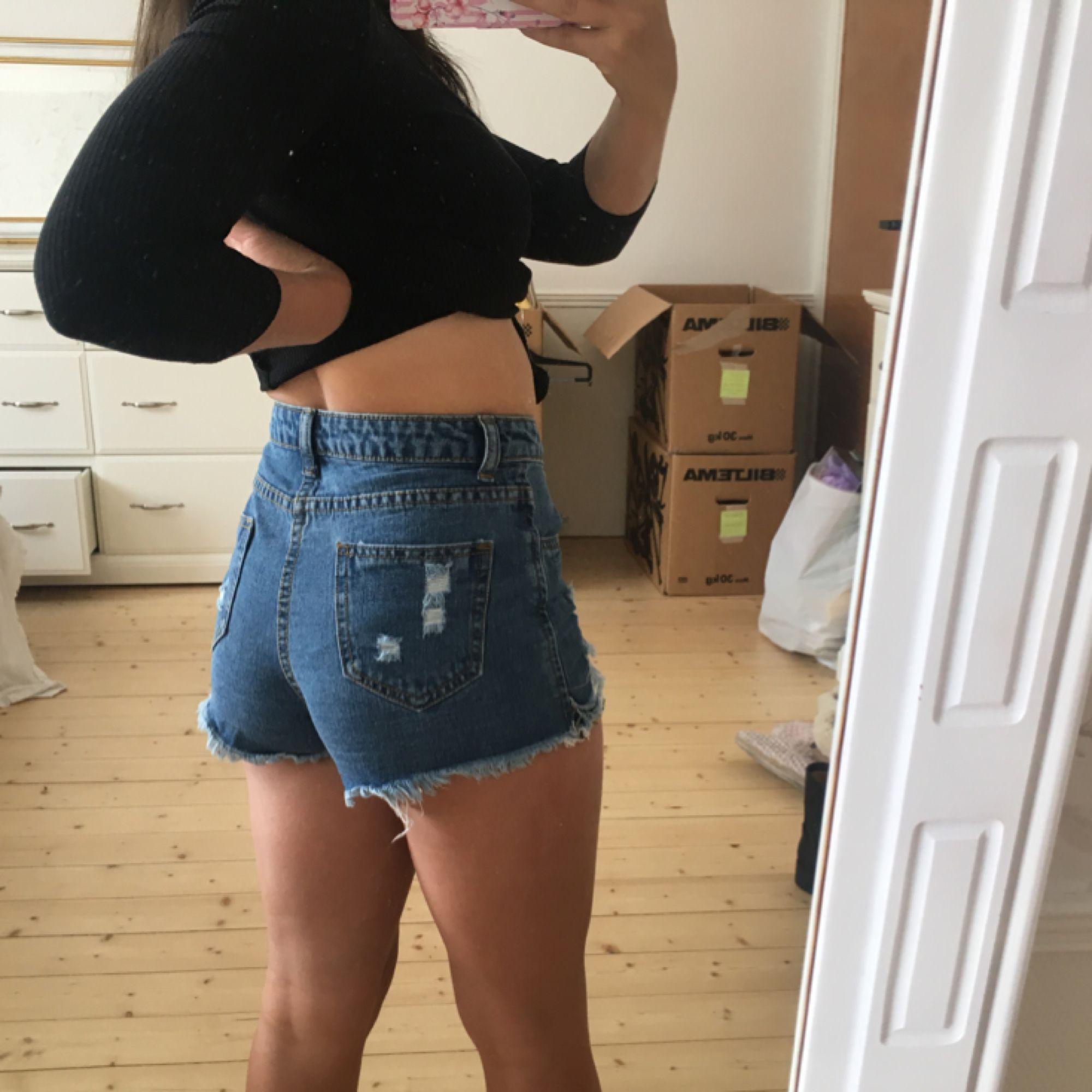 Supergulliga, oanvända shorts med spets  Kan skickas mot frakt för 39kr. Shorts.