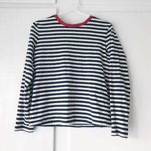Marinblå och vit randig tröja med rött runt halsen från & Other Stories. Köp av en annan här på Plick men tyckte att den inte passade mig så därför säljer jag den vidare (köpt för 50 kr + 36 kr frakt) Frakt tillkommer. Betalning med swish