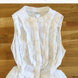 Superfin klänning från Monki som tyvärr inte kommer till användning 💔 Den är en sommardröm som passar lika bra att styla romantiskt eller bryta av med en skinnjacka. Köparen står för ev fraktkostnad 💌
