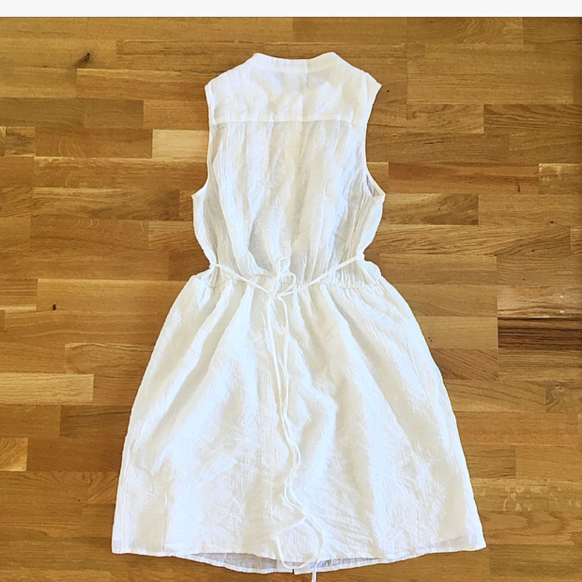 Superfin klänning från Monki som tyvärr inte kommer till användning 💔 Den är en sommardröm som passar lika bra att styla romantiskt eller bryta av med en skinnjacka. Köparen står för ev fraktkostnad 💌. Klänningar.
