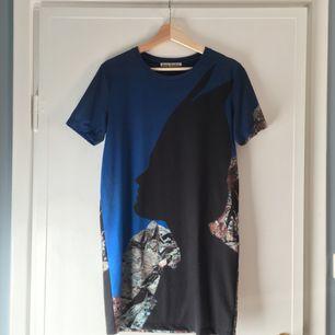 Snygg klänning/lång t-shirt med tryck från Acne. Sparsamt använd, fint skick. Pris förhandlingsbart vid snabb affär. Köpare står för ev frakt.