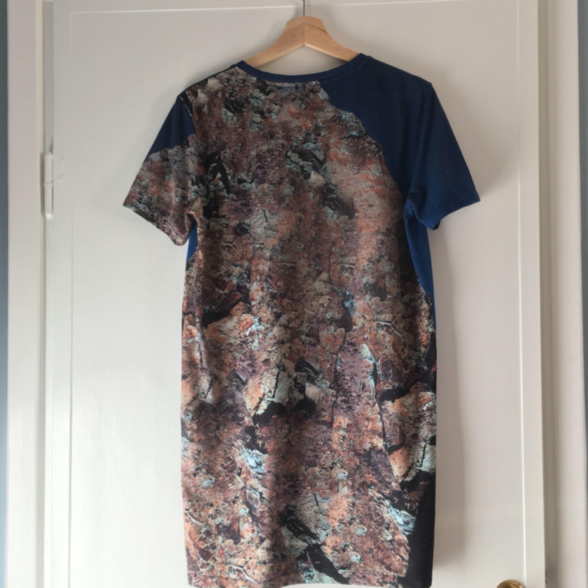 Snygg klänning/lång t-shirt med tryck från Acne. Sparsamt använd, fint skick. Pris förhandlingsbart vid snabb affär. Köpare står för ev frakt. . T-shirts.