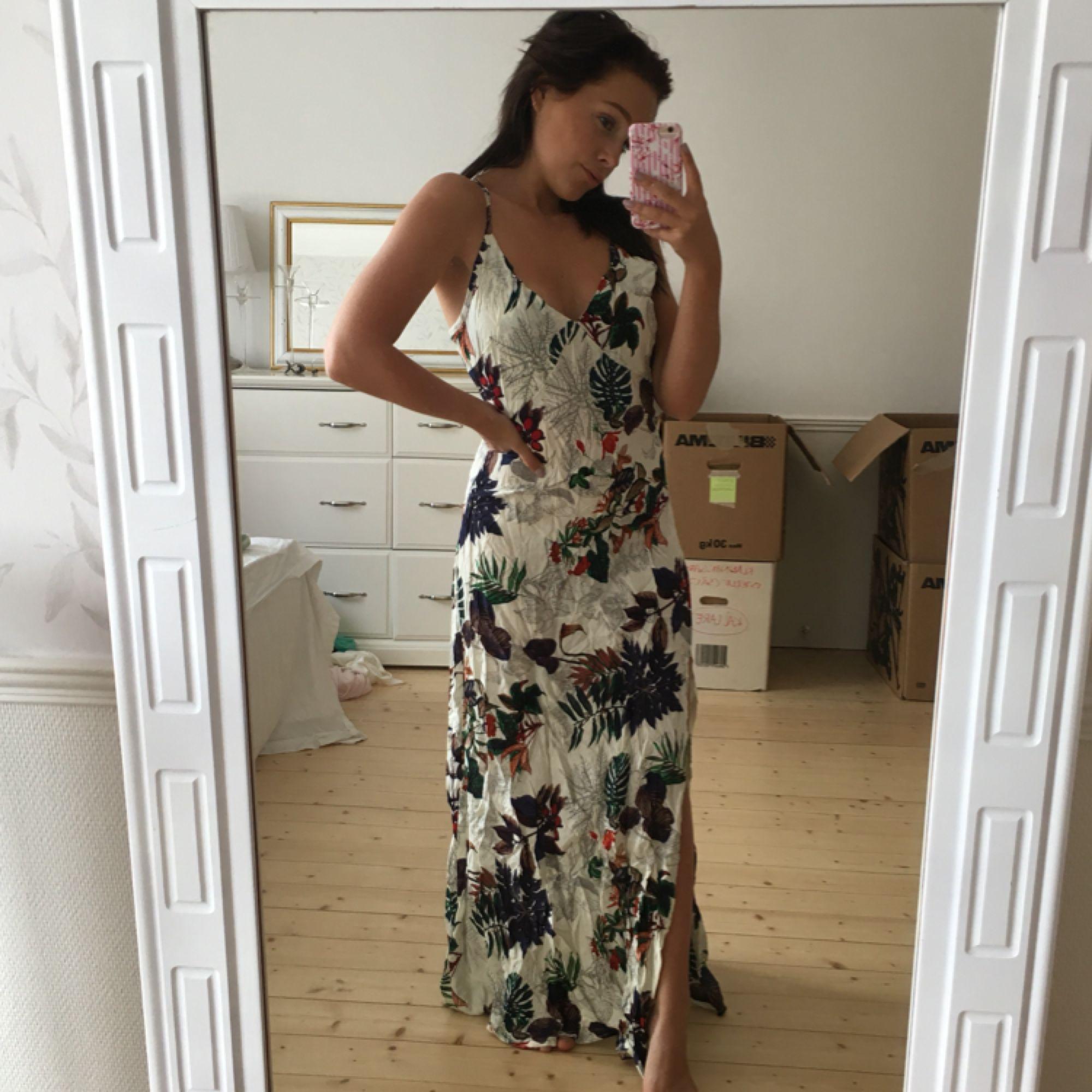 Helt oanvänd klänning säljes då den är för stor för mig  Kan skickad mot 39kr i frakt . Klänningar.