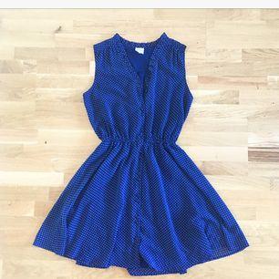 Mörkblå klänning med vita prickar från Monki ✨ Tajt i midjan och fina knappar längst framsidan. Superfin på! 😻 Köparen står för ev fraktkostnad 💌