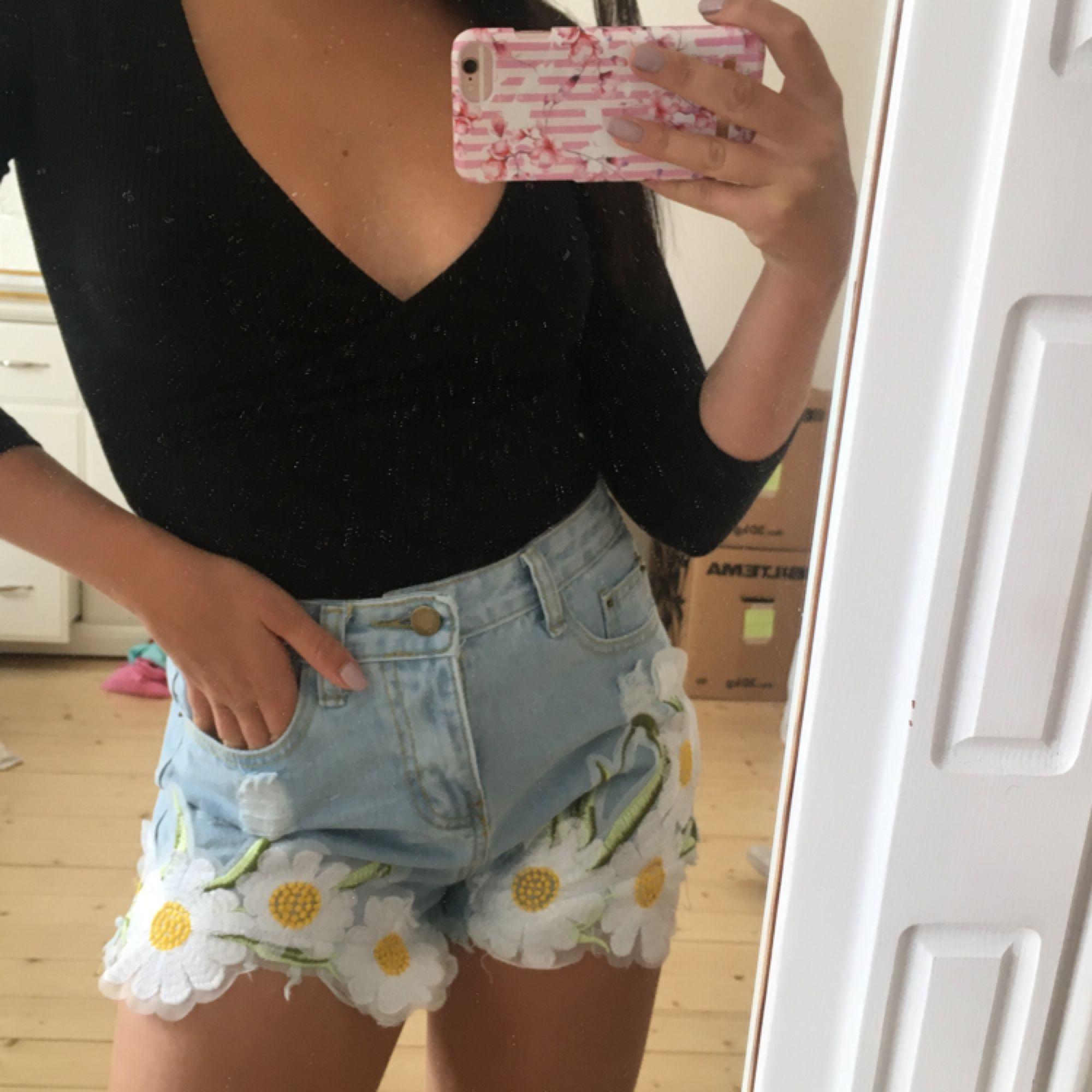 Helt oanvända shorts med blommor  Kan skickas mot frakt för 49kr. Shorts.