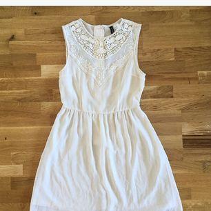 """Jättefin klänning från H&M. Tajt över bröstet med en lite mer """"vippig""""/lös underdel. Superfin! ❤️ Köparen står för ev fraktkostnad 💌"""