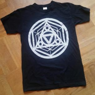 Svart t-shirt med vitt tryck på framsidan