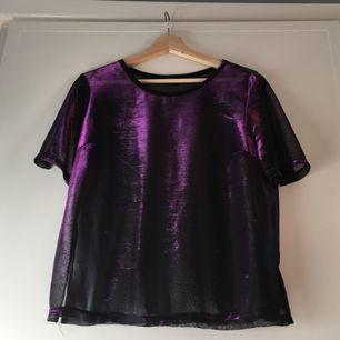 Cool skimrande t-shirt från River Island i mesh-tyg. Skimrar i lila och grönt beroende på vinkel. Sparsamt använd. Köpare står för ev frakt.