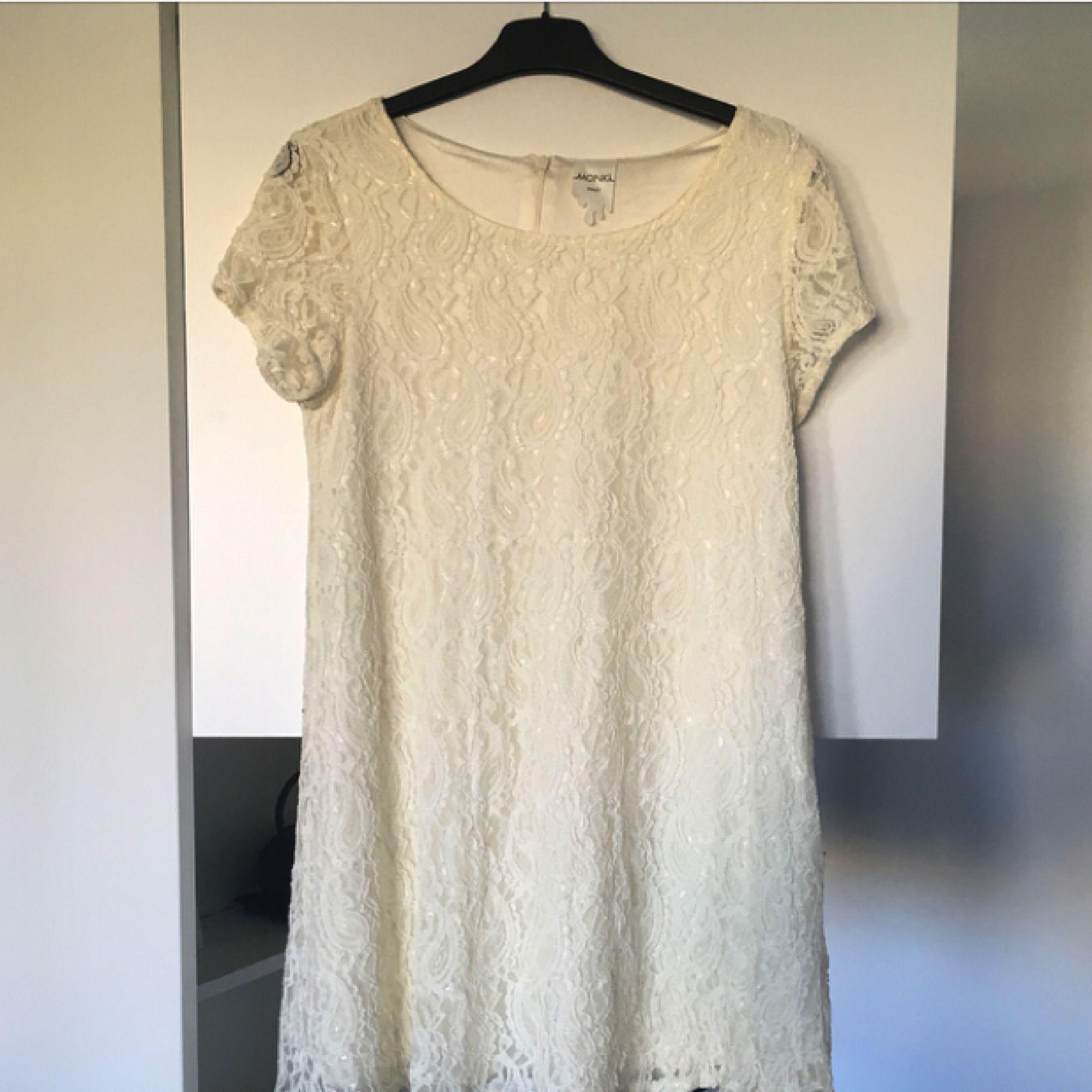 Spetsklänning från Monki. Kortare i modellen. Tajt upptill och vidare nertill 😊 köparen står för ev fraktkostnad 💌. Klänningar.