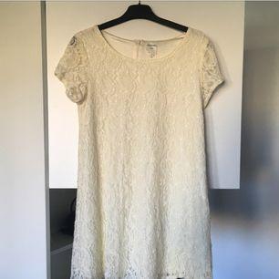 Spetsklänning från Monki. Kortare i modellen. Tajt upptill och vidare nertill 😊 köparen står för ev fraktkostnad 💌