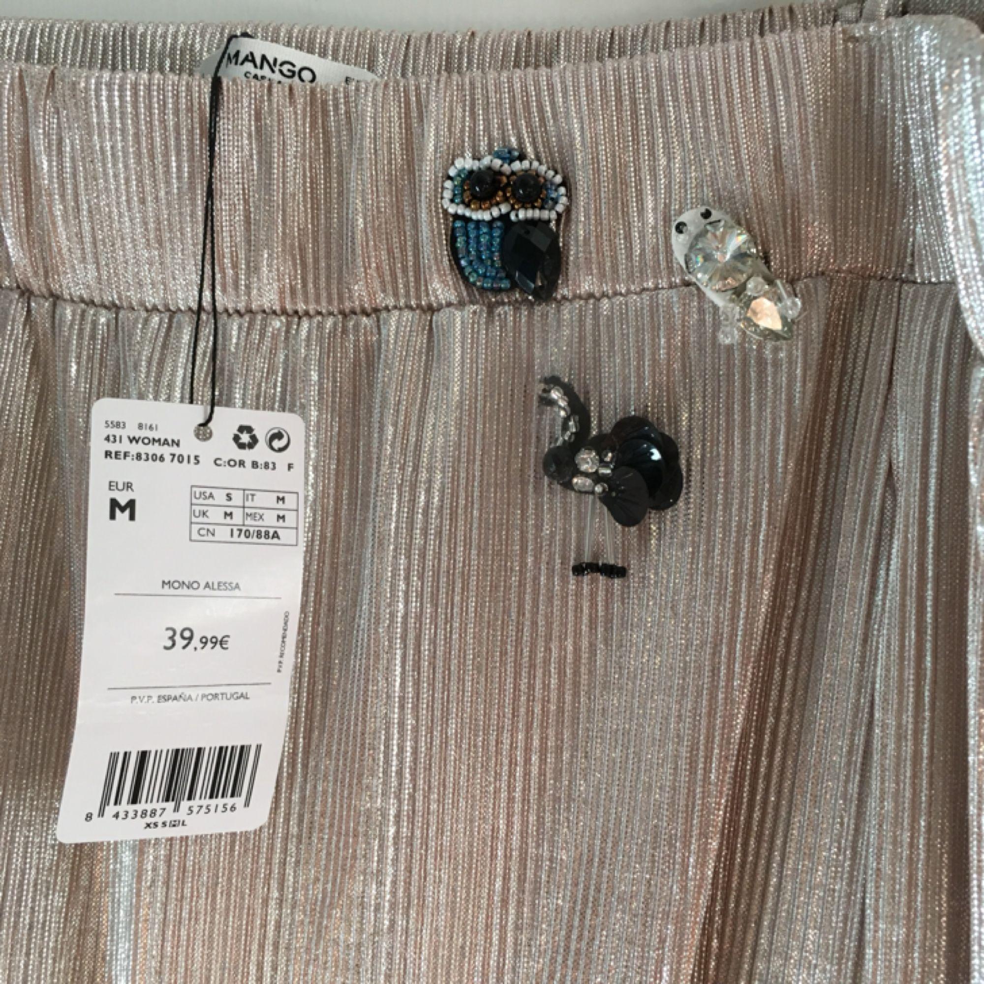 Såå fin jumpsuit med små detaljer vid bröstet från Mango som tyvärr är lite för stor för mig. Aldrig använd endast testad, lapp kvar. Köpare står för ev frakt.. Klänningar.