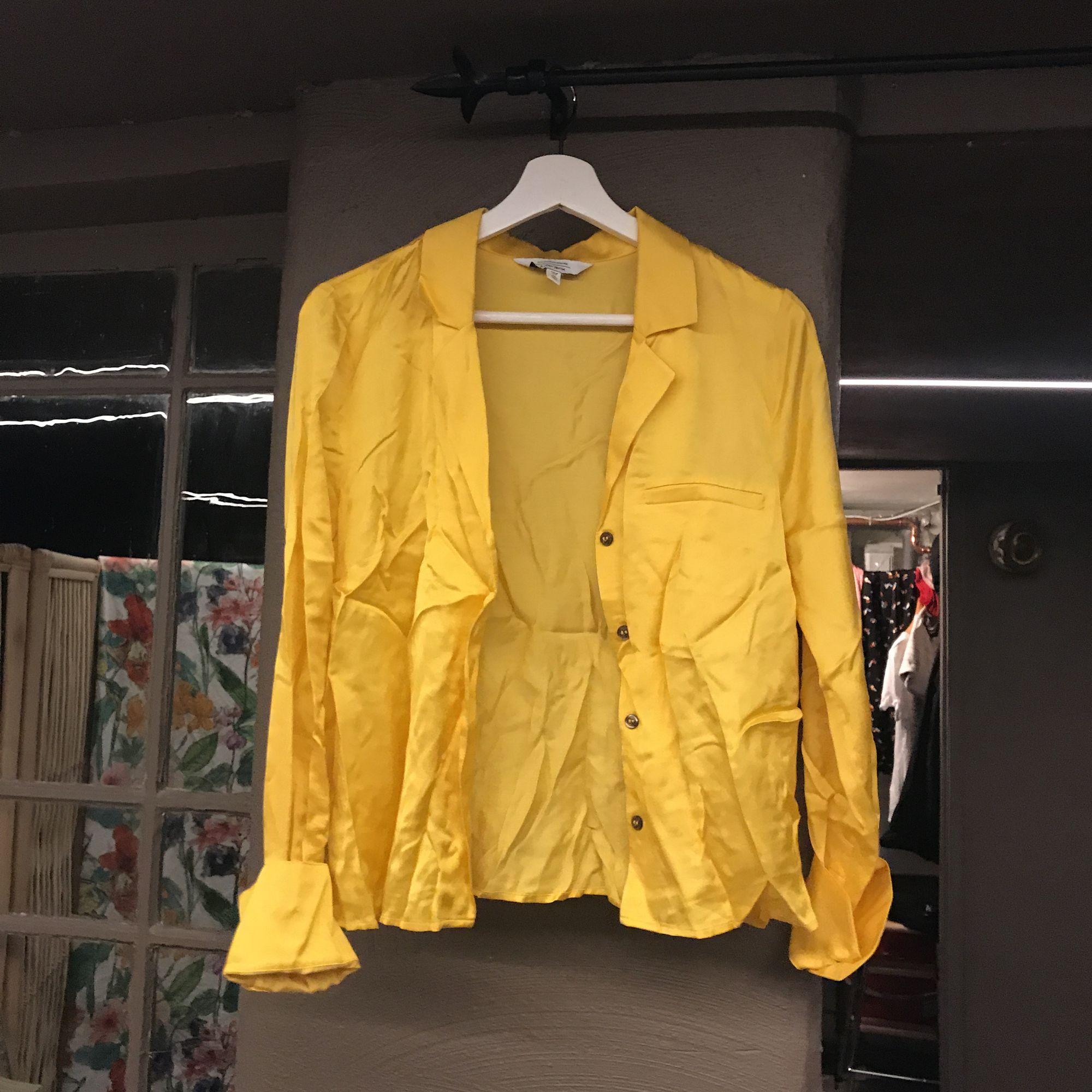 Gul skjorta från stores, ostruken på bilden men aldrig använd! . Skjortor.