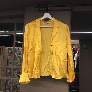 Gul skjorta från stores, ostruken på bilden men aldrig använd!