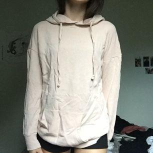 Tunn beige/rosa hoodie från carlings! Sitter ganska oversized, Frakt 35kr + tar ej ansvar efter den skickats! :)