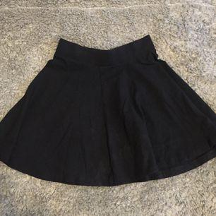 Jättefin svart kjol från hm! Brukar styla den med stickade tröjor! Nästan aldrig använd. Frakt 35kr + tar ej ansvar efter den skickats! :)