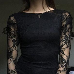 Svart spetsklänning, använd 2ggr på fest! Lite puffarmar. Frakt 35kr + tar ej ansvar efter den skickats! :)