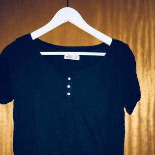 En enkel T-shirt med ficka på bröstet från hollister. Tyvärr för liten:/ frakt ingår!!