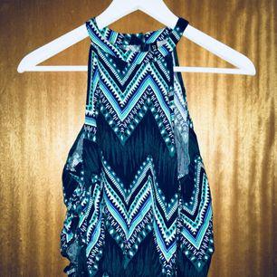 Ett jättefint linne med knytning på sidorna, jättefina färger och mönster!! Frakt ingår i priset <3