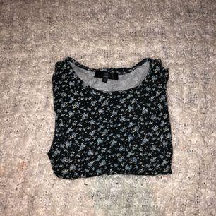 Snygg och skönt tröja från BIKBOK med trekvartslånga ärmar. Är i ett bra begagnat skick och säljer endast då jag rensar bland mina kläder.