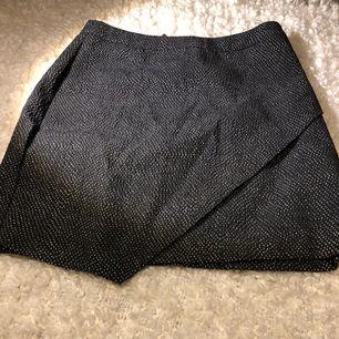Säljer oanvänd H&M kjol med guldkedja på baksidan. Är i ett perfekt skick och säljer endast då den inte kommer till användning.  Det står 40kr men pris kan diskuteras vid snabb affär.   Tar emot Swish och kunden står för eventuell frakt.