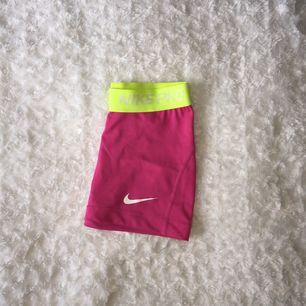 Nike PRO shorts dri-fit strl XS. Använda ett fåtal gånger och bra skick. Stretchiga och bekväma. (Kan mötas upp i centrala stockholm eller skicka om köparen står för frakten)