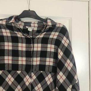 Cool skjorta från monki. Gott skick och snygg då mönstret på den är delat i två på mitten, även slits på sidorna vilket gör den ännu coolare. Köparen står för frakten