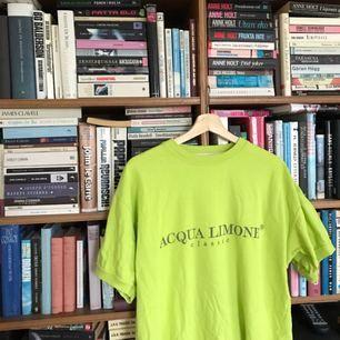 Helt ny Acqua limone tshirt i grön härlig färg. Är märkt i S men är mycket stor i storlek. Bild 1 & 2 visar den riktiga färgen.