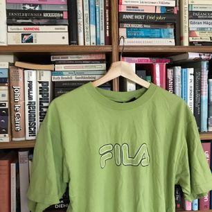 Fila tshirt i grön härlig färg! Den är märkt i M men passar de flesta beroende på önskad passform. Frakt ingår i priset.