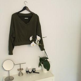 Grön weekday tröja  Möts ej upp fraktar bara     Köparen står för frakten