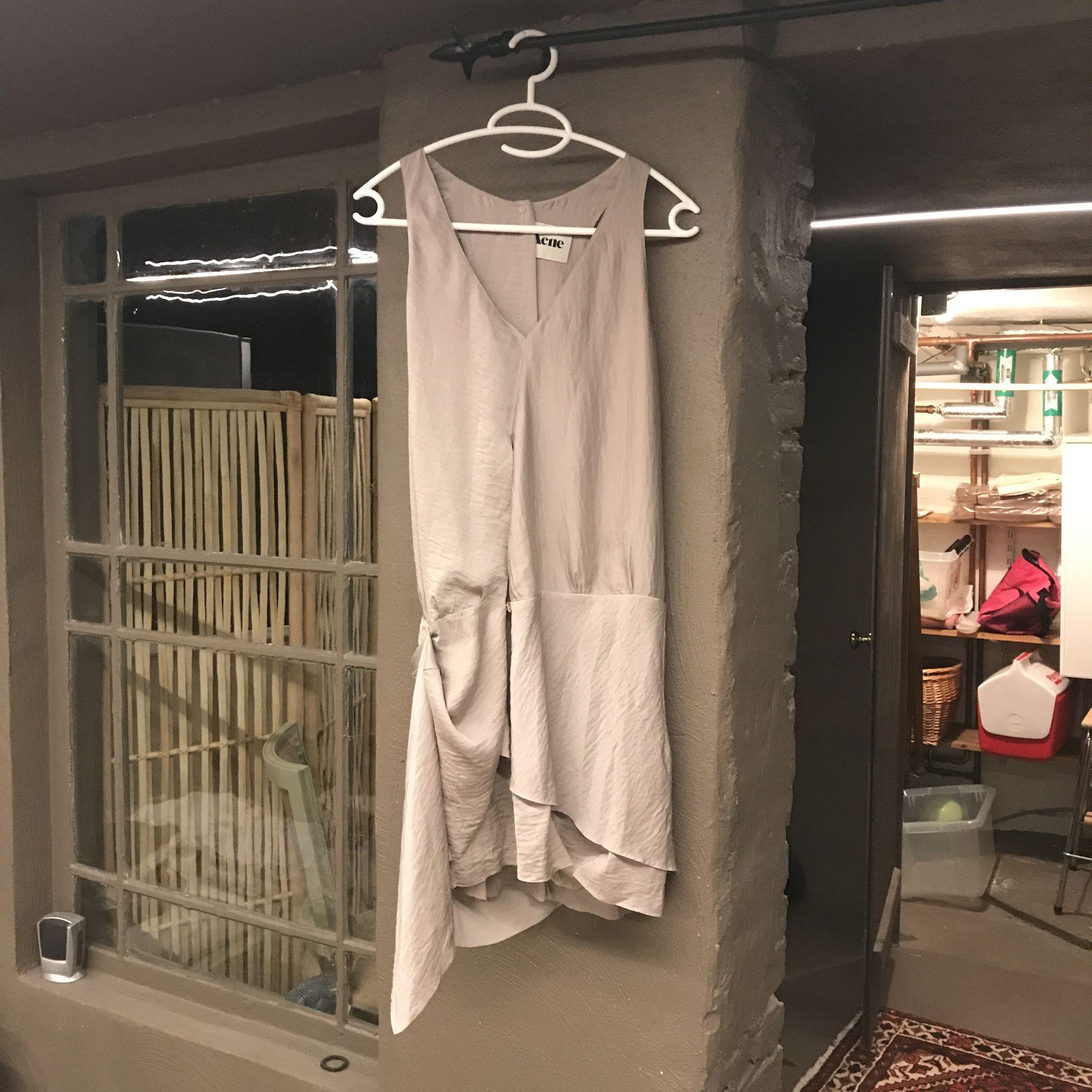 Acne klänning beige blank använd 2 ggr går till knäna med knäppning framtill :) superfin! . Klänningar.