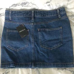 Säljer denna superfina kjol från Forever 21 så den är för stor för mig, (brukar ha xxs på kjolar). Den är aldrig använd med prislapp kvar, inköpt i London i juli. Köparen står för frakt, kontakta mig vid frågar!🌷