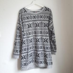 Lång grå sweatshirt med mönster. Kan användas som tunika/klänning eller som en lite oversize tjocktröja. Dragkedja i nacken. Knappt använd.