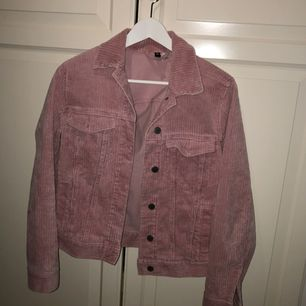 Snygg jacka i rosa. Köpare står för frakt.