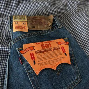 Säljer dessa jeans pga för tighta;-( Köpta på auktion med lappar kvar, alltså aldrig använda. Skulle tro att dom är från 90tal då taggen är av den äldre varianten! Små i storleken så passar nog dig som har 26 eller möjligen 24 i midjan <3